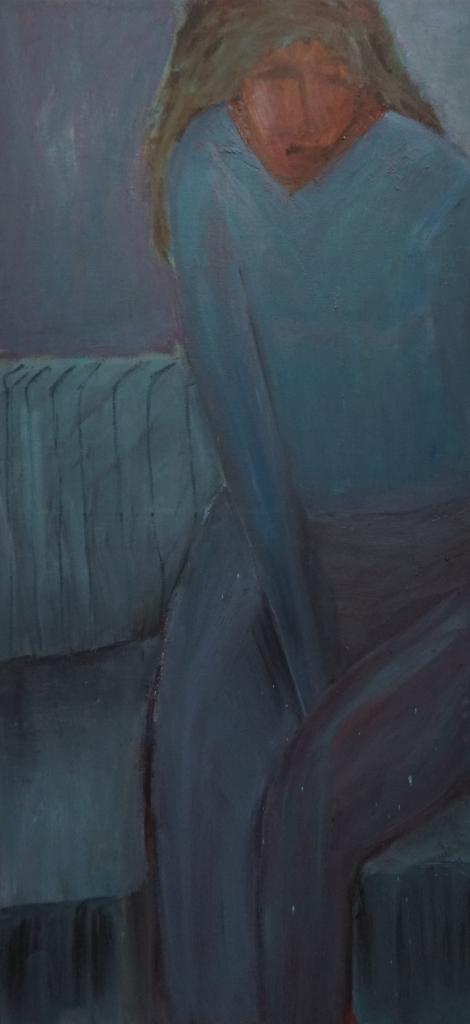 Kvinde i blå sofa